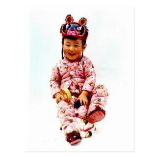 Cartão Postal Menina chinesa pequena e sua boneca