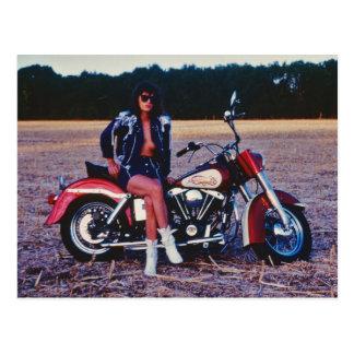 Cartão Postal Menina clássica do Pinup em uma motocicleta