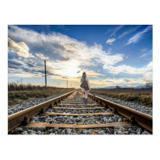 Cartão Postal Menina com a guitarra em trilhas de estrada de