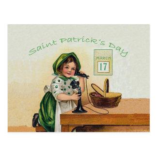 Cartão Postal Menina de dia de St Patrick do vintage