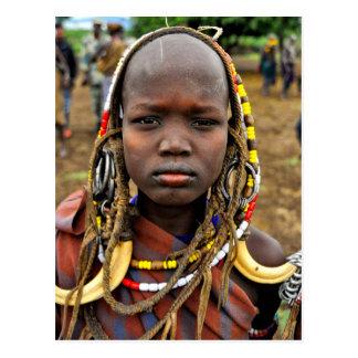 Cartão Postal Menina de Mursi que veste a mantilha da presa