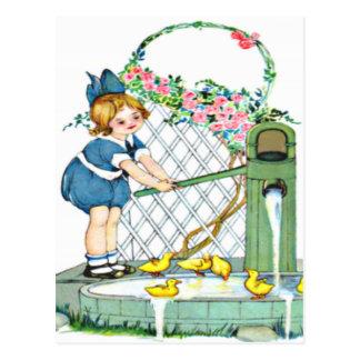 Cartão Postal Menina do vintage, pintinhos amarelos, patos