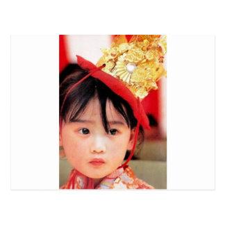 Cartão Postal Menina japonesa que veste um quimono