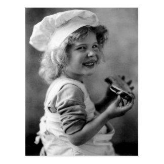 Cartão Postal Menina pequena do padeiro que come a torta