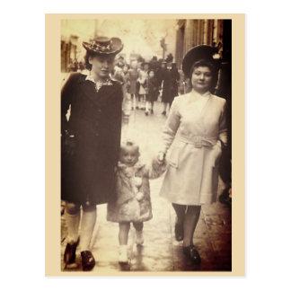 Cartão Postal Menina que anda com mãe e tia, Bélgica