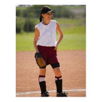Cartão Postal Menina que aprecia jogando o basebol