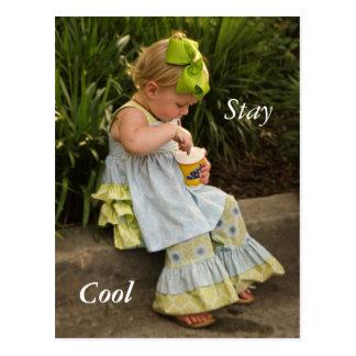 Cartão Postal Menina que come o gelado