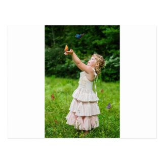 Cartão Postal Menina que trava um Butterly