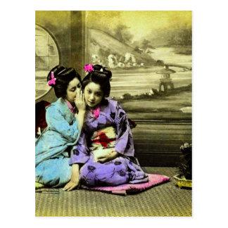 Cartão Postal Meninas de gueixa da bisbolhetice do japonês velho