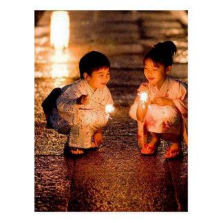 Cartão Postal Meninas japonesas que vestem o quimono