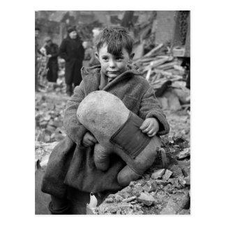 Cartão Postal Menino com bicho de pelúcia, 1945