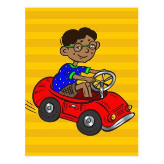 Cartão Postal Menino que conduz o carro do brinquedo