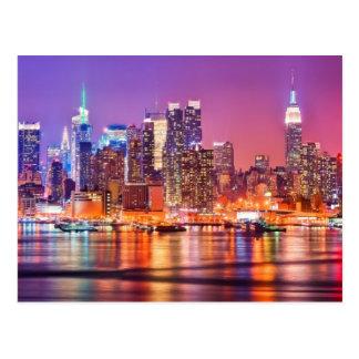 Cartão Postal Midtown Manhattan na noite com império Stae