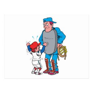 Cartão Postal miúdo do basebol que discute com o árbitro