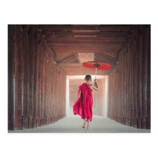 Cartão Postal Monge budista com guarda-chuva vermelho