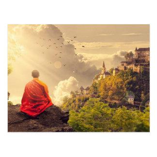 Cartão Postal Monge Meditating antes do grande templo