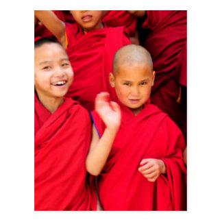 Cartão Postal Monges pequenas em vestes vermelhas