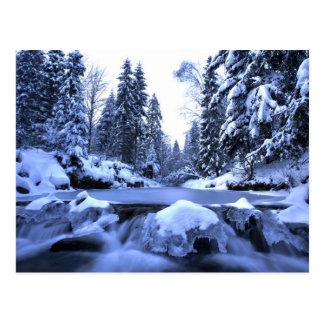Cartão Postal Montanhas de Beskid do rio da montanha do inverno,
