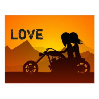 Cartão Postal Montanhas do AMOR do casal da motocicleta