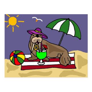 Cartão Postal Morsa engraçada na arte da praia