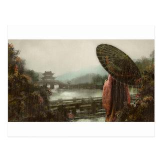 Cartão Postal Mulher asiática do vintage no vestuário