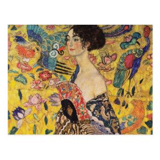Cartão Postal Mulher bonita com o fã por Klimt