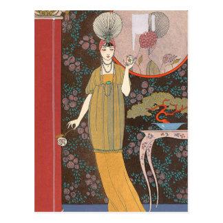 Cartão Postal Mulher com os rosas coloridos creme