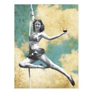 Cartão Postal Mulher do trapézio do vintage com vinho