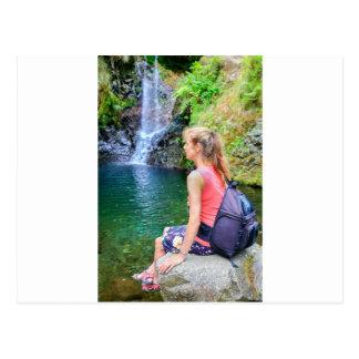 Cartão Postal Mulher holandesa que senta-se na rocha perto da