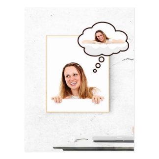 Cartão Postal Mulher loura que pensa no conselho branco