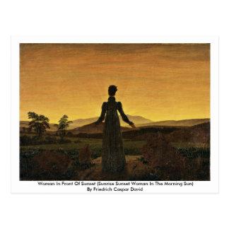 Cartão Postal Mulher na frente do por do sol