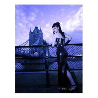 Cartão Postal Mulher nova do gótico na ponte da torre, Londres