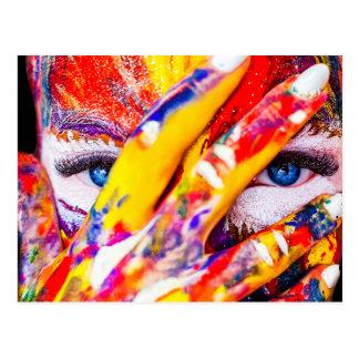 Cartão Postal Mulher pintada - composição com cores