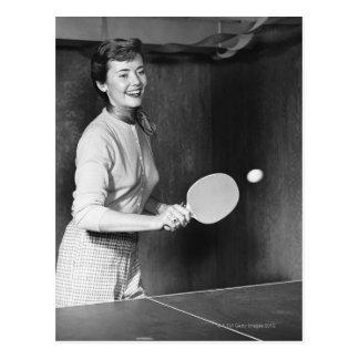 Cartão Postal Mulher que joga o ténis de mesa