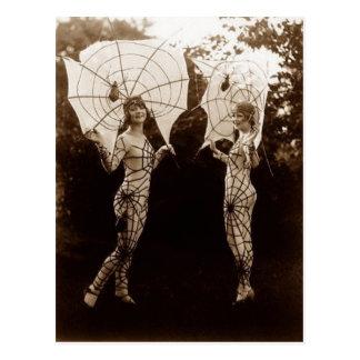 Cartão Postal Mulheres do vintage vestidas como Web de aranha