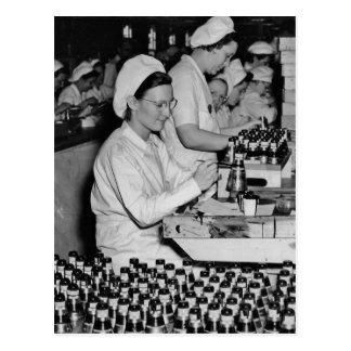 Cartão Postal Mulheres que trabalham na planta WWII das munições