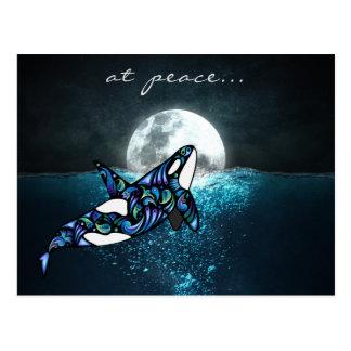 Cartão Postal na baleia Trippy psicadélico da orca da Lua cheia