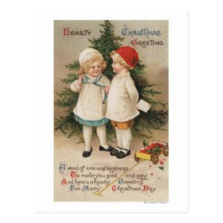 Cartão Postal Natal entusiasta GreetingKids por uma árvore
