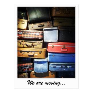Cartão Postal Nós estamos movendo a pilha de malas de viagem
