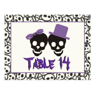 Cartão Postal Número preto roxo da mesa do casamento do Dia das