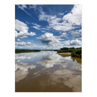 Cartão Postal Nuvens bonitas sobre o rio, reflexão na água