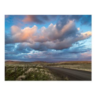 Cartão Postal Nuvens do por do sol sobre a estrada da pradaria
