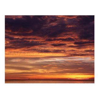 Cartão Postal Nuvens escuras no céu listado laranja