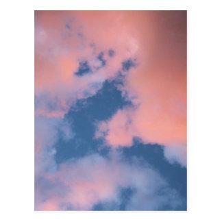 Cartão Postal Nuvens macias do pêssego no por do sol