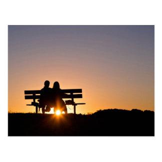 Cartão Postal O amor temático, um casal senta-se em um banco