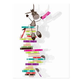 Cartão Postal O asno intelectual sobre uma torre dos livros