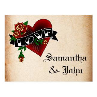 Cartão Postal O coração e o rosa do tatuagem salvar a data
