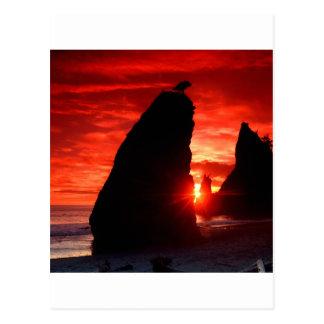 Cartão Postal O mar do por do sol empilha o vermelho do sangue