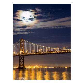 Cartão Postal O moonrise hoje à noite sobre a ponte da baía