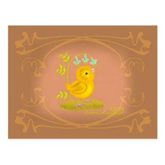 Cartão Postal O pintinho amarelo do bebê com Bluebell floresce o
